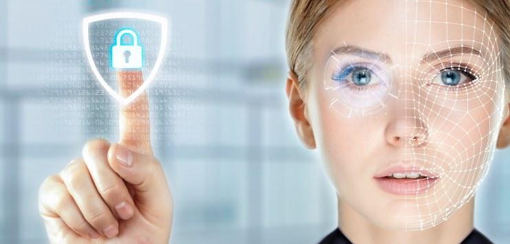 Foto do rosto de uma mulher demonstrando um procedimento de reconhecimento facial