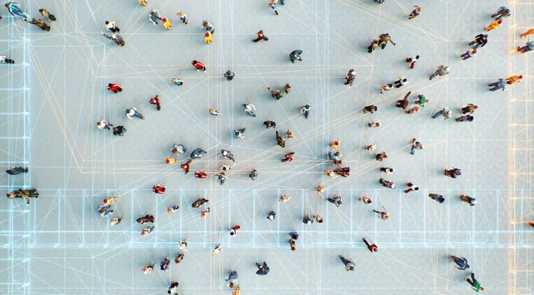 Ilustração com várias pessoas, vistas de cima, andando, e remetendo à multidão