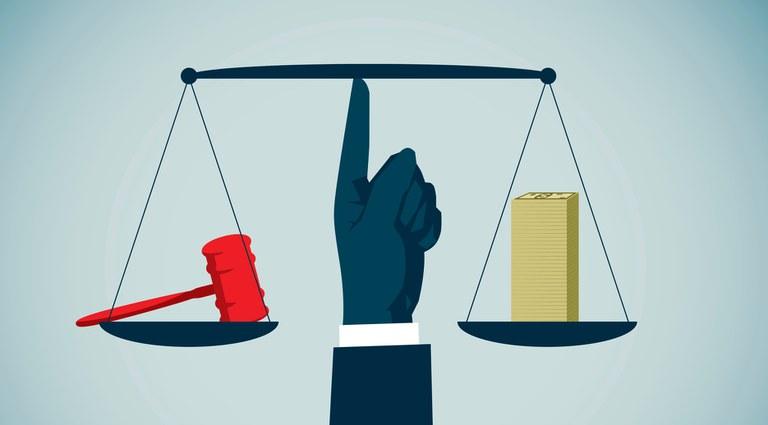 Ilustração com uma balança equilibrada: de um lado, um martelo usado em tribunais, remetendo á lei; do outro lado, um monte com várias notas de dólar