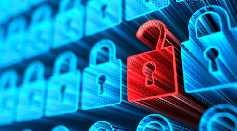 Cadeados fechados e um aberto, remetento à proteção e a vazamento de dados, respectivamente