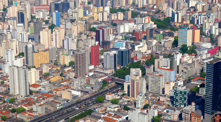 Imagem aérea mostrando vários prédios na cidade de São Paulo