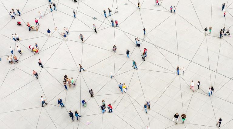 Vista áerea de pessoas em uma praça, simbolizando as conexões dentro de uma rede de dados
