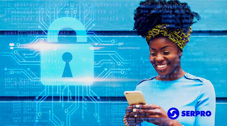 """À esquerda, imagem de um cadeado e """"conexões"""" de computador em volta. À direita, mulher sorrindo ao manusear o celular. Abaixo, no canto, a logomarca do Serpro."""