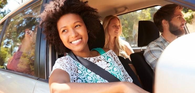 Imagem de passageiros em um veículo em movimento
