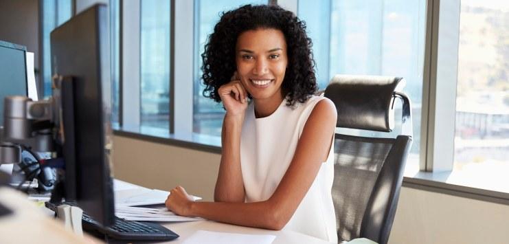 Imagem de uma empresária trabalhando em seu computador