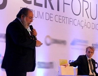 Ulysses no palanque do 16º Certforum em Brasília