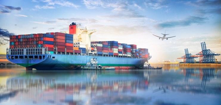 Ilustração com navios containeres e avião, representando o fluxo de mercadorias para exportação