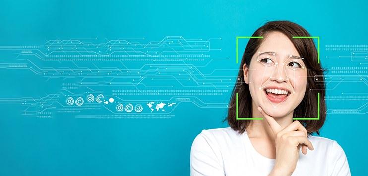 Imagem de uma mulher passando por procedimento de reconhecimento facial