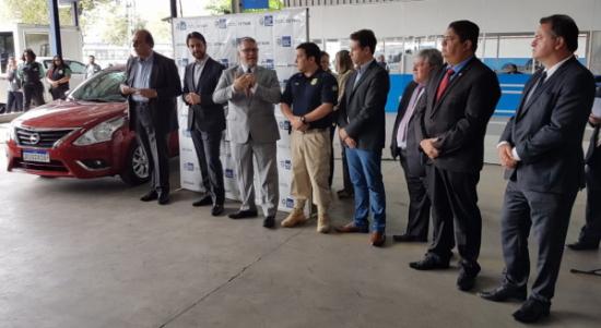 Foto com representantes do governo federal e estadual no lançamento da placa Mercosul
