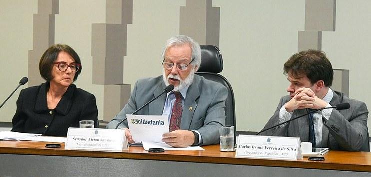 Mesa da Audiência Pública no Senado. Da esquerda para a direita, estão: a presidente do Serpro, Glória Guimarães; o senador Airton Sandoval e o procurador da República, Carlos Bruno da Silva.