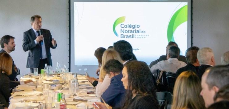 Diretor de Relacionamento com Clientes do Serpro, André de Cesero, fala para os participantes do evento