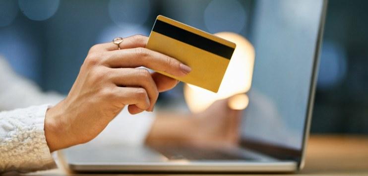 Pessoa realiza pagamento com cartão de débito