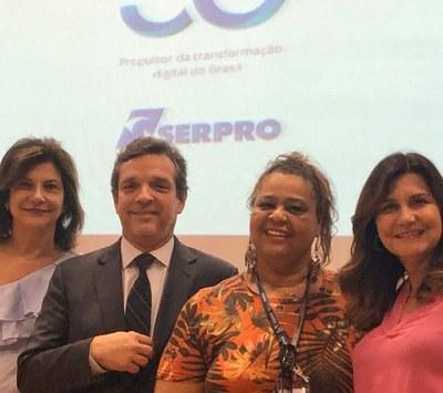 o presidente do Serpro Caio Mário Paes de Andrade ao lado de empregadas homenageadas com distintivos de tempo de casa