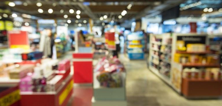 Imagem impressionista e desfocada de uma loja de produtos importados