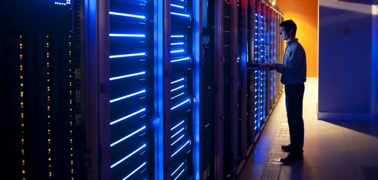 Imagem de um técnico trabalhando dentro de um centro de dados