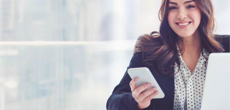 Imagem de uma mulher conectada em seu ambiente de trabalho