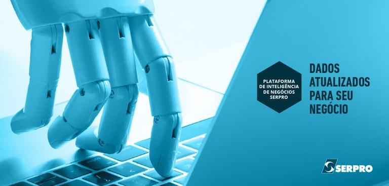 Mão robótica acionando teclado de computador