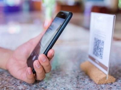 Imagem de um celular fazendo a leitura de um QR Code
