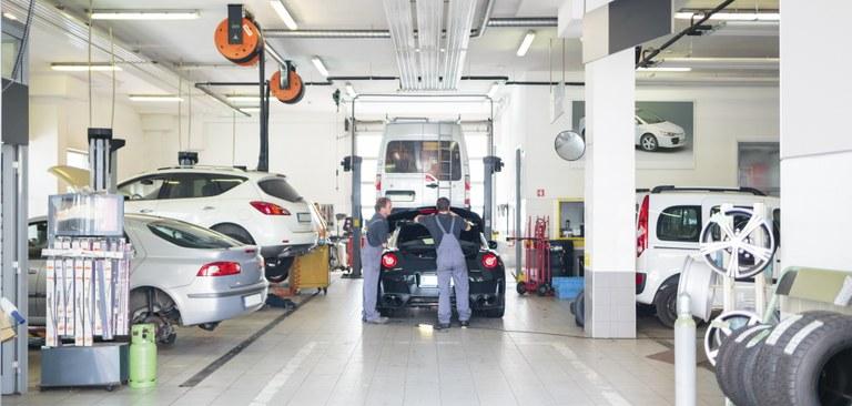 Imagem de uma oficina mecânica para manutenção de automóveis