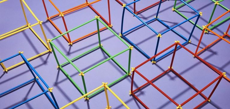 Imagem de estruturas de cubos coloridos que simbolizam a diversidade no desenvolvimento de software