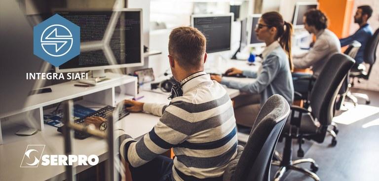 Pessoas trabalhando em computadores em um escritório