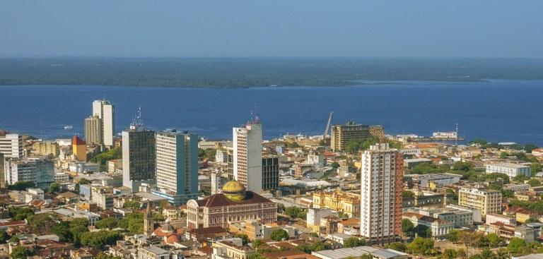 Vista panorâmica de Manaus, capital do estado do Amazonas. Destaque, ao centro, do Teatro Amazonas e, acima, do Rio Negro.