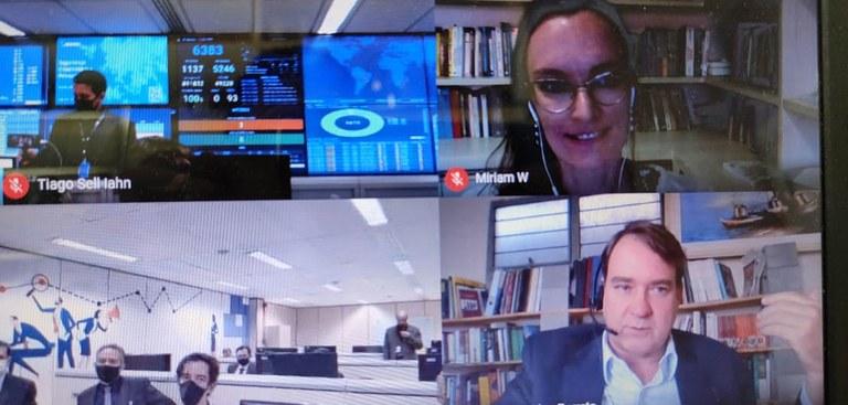 Imagem de uma webconferência. Print mostra a visualização de quatro telas. São dois ambientes do Serpro, o presidente da empresa, Gileno Barreto e a diretora da ANPD, Miriam Wimmer