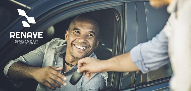 Motorista recebe as chaves de seu carro recém adquirido